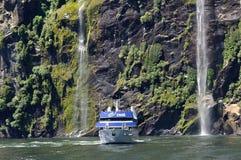 Lancio turistico a Milford Sound, Nuova Zelanda Fotografie Stock Libere da Diritti