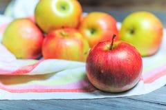 Land-Äpfel Gewaschen, bevor der Kuchen vorbereitet wird Stockfotografie