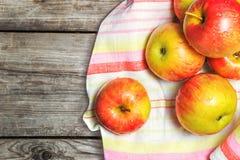 Land-Äpfel Gewaschen, bevor der Kuchen vorbereitet wird Lizenzfreies Stockfoto