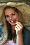 Land-Art-Erdbeere-blondes Mädchen Stockfotos