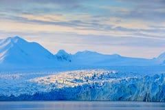 Land av is Resa i arktiska Norge Vitt snöig berg, blå glaciär Svalbard, Norge Is i havet Isberg i nordpolen Arkivfoto