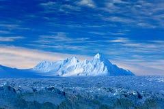 Land av is Resa i arktiska Norge Vitt snöig berg, blå glaciär Svalbard, Norge Is i havet Isberg i nordpolen arkivbild