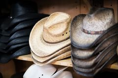 Land-Cowboy Hats lizenzfreie stockfotografie