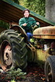 Land-Dame Driving Old Tractor Lizenzfreie Stockfotos