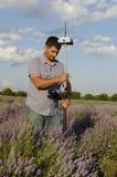 Land, das auf einem Lavendelgebiet um Kazanlak surveing ist Lizenzfreies Stockbild
