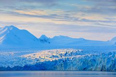 Land des Eises Reisen in arktisches Norwegen Weißer schneebedeckter Berg, blauer Gletscher Svalbard, Norwegen Eis im Ozean Eisber stockfoto