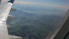 Land från flygplanfönster stock video