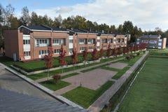 Land-Geschosswohnblockbacksteinhäuser Lizenzfreies Stockbild