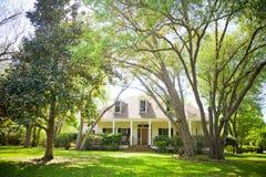 Land-Häuschen-Haus und Garten Stockbild