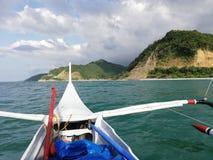 Land ho! Sikt av den tropiska kustlinjen från banka arkivfoton