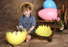 Land-Junge auf Ostern-Morgen Stockfotos