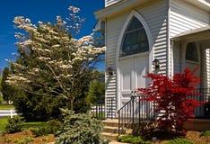 Land-Kirche-Eingang im Frühjahr Stockfotos