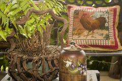 Land-Kissen-Vase und eingemachte Anlage Stockfotos