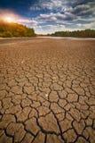 Land met droge en gebarsten grond stock fotografie