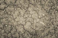 Land met een droge gebarsten grond, het tekort van het seizoenwater royalty-vrije stock afbeeldingen
