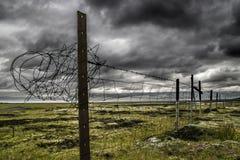 Land met prikkeldraad wordt geschermd dat Stock Afbeelding