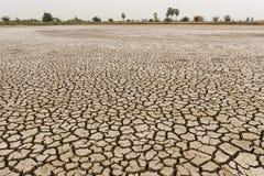 Land mit trockenem und gebrochenem Boden Stockfotos