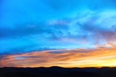 Land och dramatisk himmel Arkivfoto