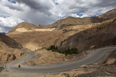 Land oppervlakte dichtbij Lamayuru-klooster in Leh, Ladakh op de maan royalty-vrije stock foto