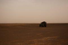 Land Rover Defender i öknen Arkivfoto