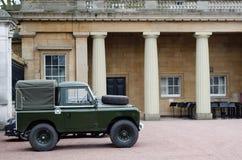 Land Rover Defender im Boden des Buckingham Palace Lizenzfreies Stockfoto