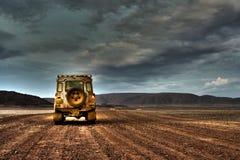 Land Rover Defender op Verlaten Weg bij schemer stock fotografie
