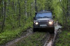 Land Rover försvarare i Ryssland Arkivbilder