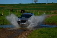 Land Rover freelander in ford water Stock Photos