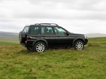 Land Rover Freelander i de North Yorkshire kullarna 2 royaltyfri foto