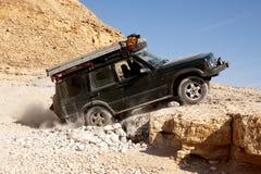Land rover nas rochas foto de stock royalty free