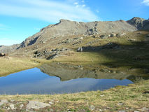 Land rover perto do lago Imagens de Stock