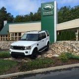 Land Rover Verkaufsstelle und SUV Lizenzfreie Stockfotos