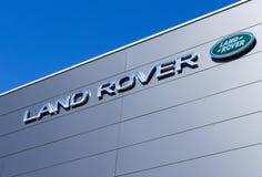 Land Rover-Verkaufsstellefirmenzeichen stockfotografie