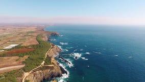 Land's End - de westkust van de luchtmening van Portugal stock video