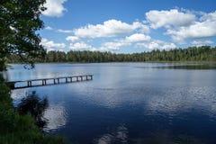 Land sjö med moln arkivbilder