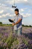 Land som granskar i ett lavendelfält arkivbild