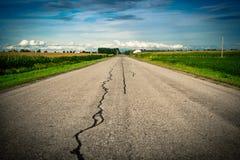 Land-Straße, die in Richtung zum Horizont ausdehnt Lizenzfreie Stockfotografie
