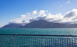 Land till och med kocken Strait av Nya Zeeland som tas från en färja fotografering för bildbyråer