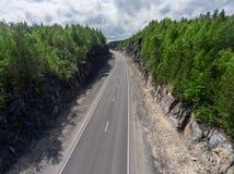 Land twee steegweg is tussen rots, luchtmening Stock Foto's