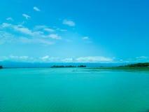 Land under vatten med blå himmel Arkivbild