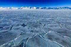 Land van ijs Het de winternoordpoolgebied Witte sneeuwberg, blauwe gletsjer Svalbard, Noorwegen Ijs in oceaan Ijsbergschemering i royalty-vrije stock afbeeldingen