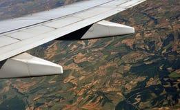 Land van onder de vleugel van een vliegtuig Stock Afbeeldingen
