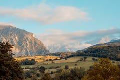 Land van Picos DE Europa, met weiden en groene bergen royalty-vrije stock foto