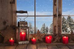 Land-Weihnachtsdekoration: hölzernes Fenster verziert mit rotem c Stockfotos