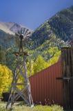 Land-Windmühle und Scheune Stockfotografie