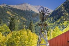 Land-Windmühle und Scheune Stockfotos