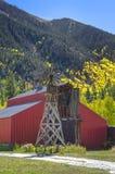 Land-Windmühle und Scheune Lizenzfreie Stockbilder