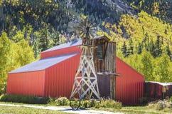 Land-Windmühle und Scheune Stockfoto