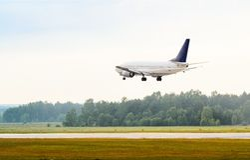 Landa eller ta av passagerareflygplanet Royaltyfria Bilder