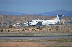 Landa ett ljust flygplan Arkivfoto